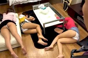 【個人撮影】これもヤリサーか?酔い潰れた女子大生を片っ端からハメる…