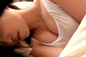浜崎真緒 超無防備な団地妻が寝ている隙に… うひょーw