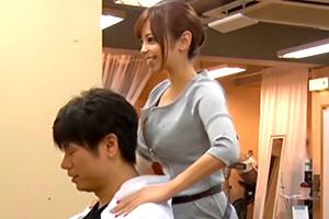吉澤友貴 誘惑美容室。胸元ざっくりでカットの客を誘惑!