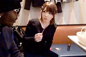 「一度知ったらヤめられない!日本に旅行に来たメガチ○ポ黒人を麻里梨夏が逆ナンパして生中出しをヤる」の画像です