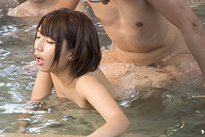 【盗撮】旦那に混浴で放置され男性客に輪姦中出しされる美人若妻