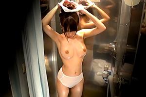海水浴場で見つけた夏休み中の友達同士の男女が「素股マッサージ」の画像です