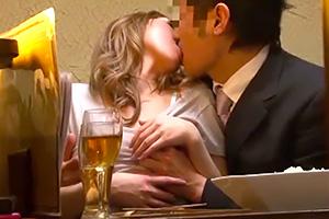 秋月玲奈 泥酔して熱烈キス。居酒屋の個室で声を我慢してヤっちゃった。。。