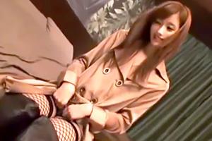 絵色千佳 スレンダー美女が網タイツにロングコート姿で…