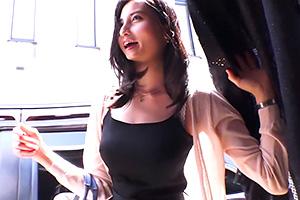 【人妻ナンパ】スタイル抜群のセレブ妻が紙パンツ素股に挑戦!