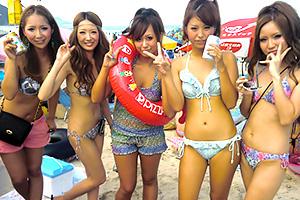 【エロ画像】海で楽しそうにポーズ決めるリアル素人たち