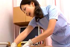 魅力的なヒップの世話好き看護師を見舞いチンポでバックからぶち込む!