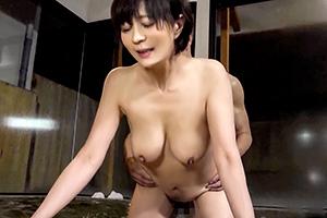 【人妻】混浴温泉でアラフォー美熟女にギンギンに勃った肉棒を見せつけた結果…