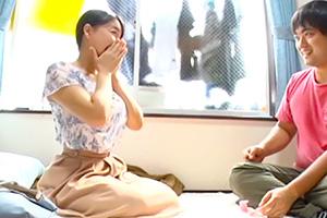 羽生ありさ 大学生のアパートで巨乳妻が1発10万円の童貞筆下ろし!