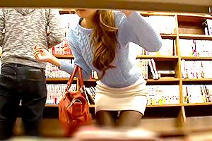 【本屋レイプ】タイトスカートがエロい美女を物陰から物色…