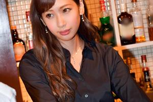 【カンバン娘】街で噂のバーテン看板娘(Dカップ)との店内3PSEX動画 in板橋