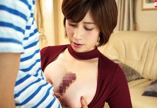 【奥田咲】美巨乳若妻が近所の悪ガキのチンコジュポジュポ舐めちゃう!