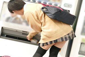 ゲーセンで遊戯してるミニスカ女子校生をロックオンするレイパーw