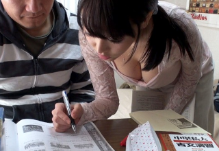 【浜崎真緒】現役女子大生家庭教師の無防備な谷間に生徒が興奮し過ぎちゃって。。。