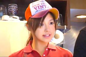 痴漢魔に接客中も攻め続けられたハンバーガー屋の美少女バイト娘