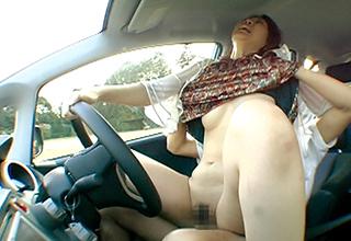車を停めてカーセックス、なんてのはよく聞く話だけど運転しながらのエクストリーム・カーセックス!絶対マネすんな!