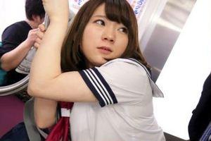 篠崎みお・電車でセーラー服着衣JKが浮遊バックで犯されるw