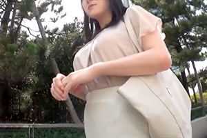 【素人ナンパ】服の上からでもわかる巨乳。清楚系セレブ人妻をホテルに連れ込む!