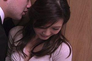 ★青山はな★同僚の奥さんの家の玄関で、奥さんをマングリ返しにしてクンニw