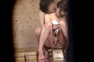 【盗撮】「他の人に見られちゃう…」混浴温泉で発情する若いカップルwww