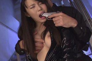 綾波ゆめちゃんが黒エナメルスーツ着衣の捜査官にw抵抗するもクンニで声が漏れちゃうw