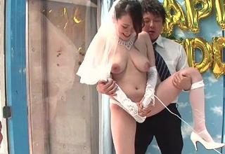 ウエディングドレス姿でマジックミラー号w新郎を外に待たせて電マ責めされる垂れ巨乳な花嫁さんww