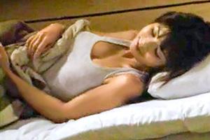 クビ覚悟…薄着で寝ている社長の娘を夜這い!