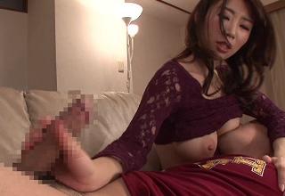 【篠田あゆみ】息子におっぱい吸わせながら手コキする変態ママ♡