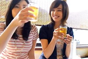 【素人】お酒も入っていい旅ホロ酔い気分の仲良し奥様2人組をナンパ!