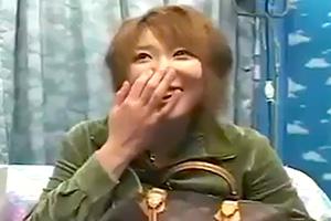 【素人】笑って恥ずかしさを誤魔化す素人娘が手コキ