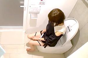 【素人 盗撮】最高に可愛い無邪気系美少女のトイレ隠し撮り