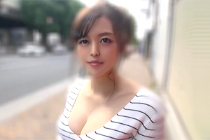 胸の谷間を見せまくり。渋谷のカフェでナンパした巨乳看板娘をハメ撮り