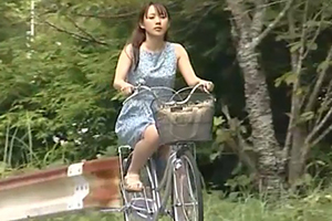【人妻レイプ】田舎の山道で作業着のおっさんに襲われる…