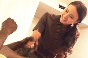 【盗撮】(うわ、デカいわ…)女性マッサージ師にデカチンを見せつけて強引に押し倒す!
