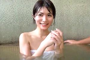 【寝取られ】混浴で夫より大きい巨根に目移りしてしまった人妻の末路…