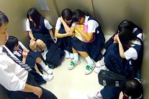 エレベーターが緊急停止。極限状態の男性教員が女子生徒たちをレイプ!