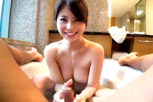 【素人】スレンダー巨乳の美女とホテルでイチャイチャハメ撮りの画像です