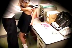 【盗撮】「商品隠してないだろうな!」万引きJKを脱がせて隅々まで調べ上げる店長
