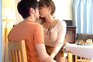 倉多まお 家族団らんのリビングで机の下に隠れてママと息子が中出しセックス!