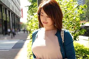 【人妻ナンパ】胸元が視線を引きつける熟女妻が口説かれて浮気SEX!