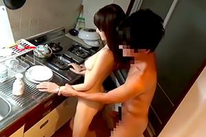 【人妻ナンパ】「ここでするの…?」育ちが良さそうな熟女をキッチンでハメる!