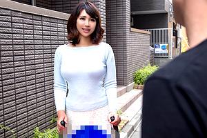 【人妻ナンパ】子連れで散歩中の巨乳ベビーカーママと真昼の不倫SEX!