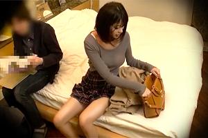 【盗撮】キレイな脚してるわー。モデル体型の女子大生が男友達と中出しSEX!