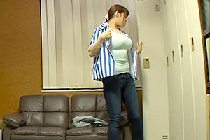 三島奈津子 巨乳のコンビニ店員をバックヤードで固定電マお仕置き!