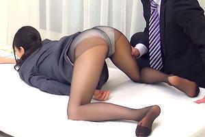 【一般男女モニタリングAV】黒パンストに包まれた美脚OLの下半身をマッサージ!
