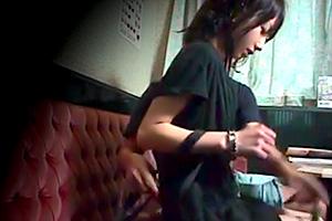 「これでヤラしてよ」押しに弱そうなカラオケ店員に1万円を渡してセックス交渉…