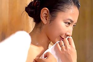 本真ゆり 混浴で巨乳のママ友と一緒になってセンズリを見せつけた結果・・・