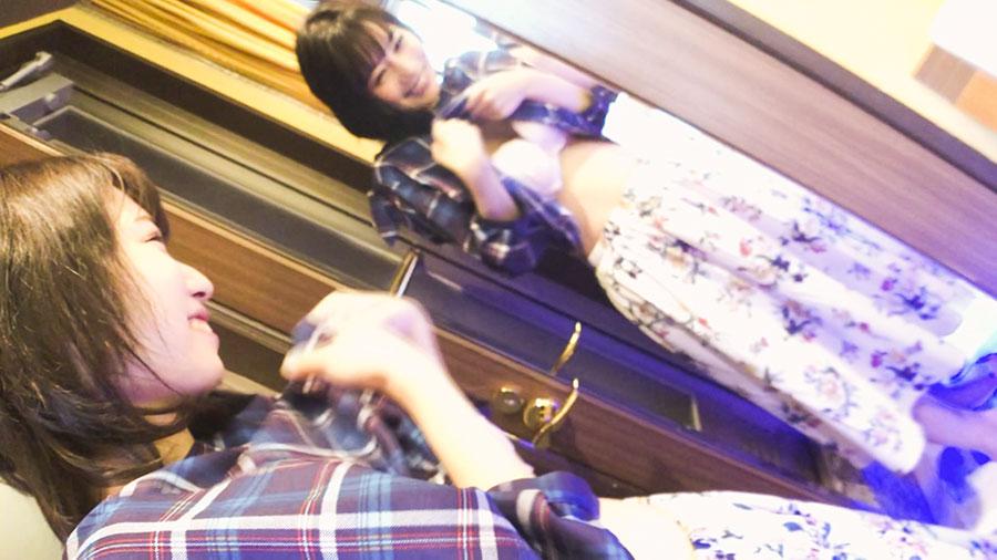 【スマホ撮影】鏡越しにパイ揉みする変態彼氏とスク水彼女とのハメ撮りSEX動画