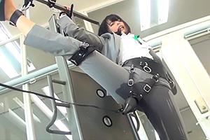 「もう、ダメぇぇええ!!」強烈電マの威力!パンツスーツがびしょびしょになるまで漏らしてしまう…
