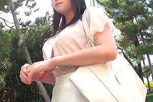 【人妻】性事情のインタビューと称してナンパした巨乳若妻と中出しセックス!